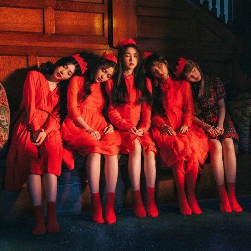 دانلود موزیک ویدیوکره ای گروه (رد ولوت) Red Velvet با نام (زیرچشمی نگاه کن) Peek A Boo